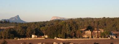 Vue panoramique du Mas avec Pic St Loup et Hortus au loin